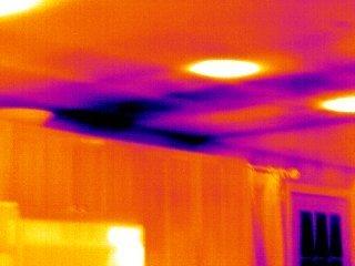 Snimak curenja vode kroz plafon termalnom kamerom flir kod fontane