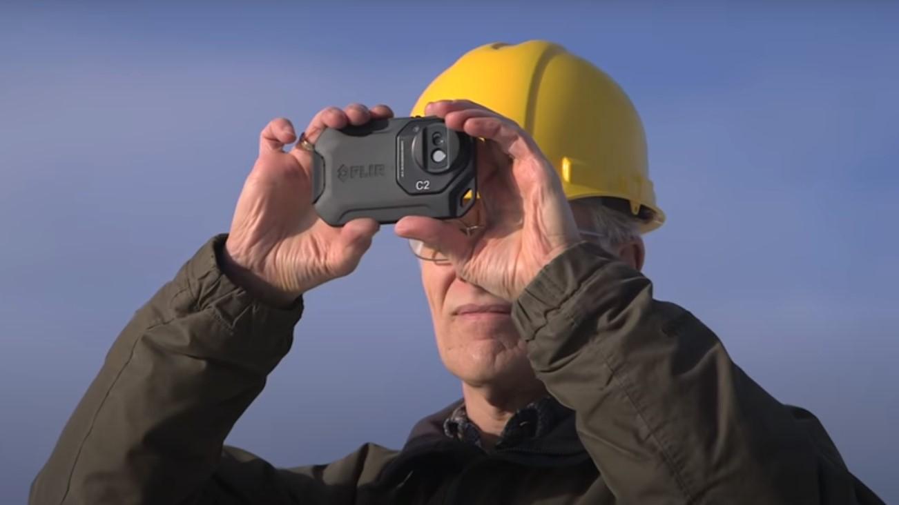 Vodoinstalater gradjevinac koristi flir c2 termalnu kameru