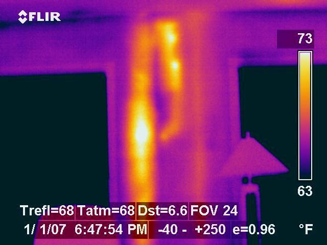 Snimak termalnom kamerom Flir c2 curenja vertikalne cevi u stanu na Novom Beogradu u televizorkama