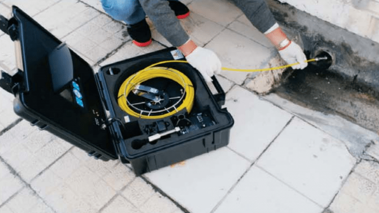 Vodoinstalater snima kanalizacioni odvod novobeogradski blokovi